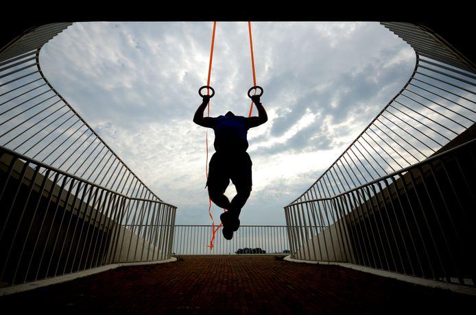 Bas Temmink traint aan de ringen bij een van de onderdoorgangen van de Lentloper, de brug over de Spiegelwaal in Nijmegen.