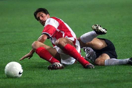 Ruud van Nistelrooy (l) in duel met Amedeo Carboni.
