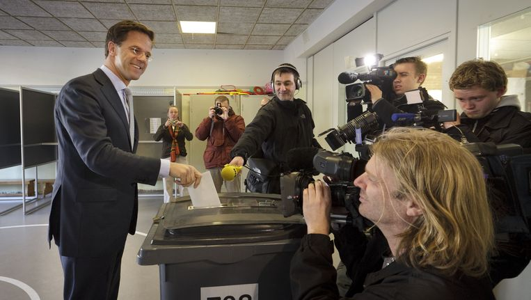 Premier en VVD-leider Mark Rutte brengt op de montessorischool Waalsdorp in Den Haag zijn stem uit voor de Provinciale Statenverkiezingen. Beeld anp