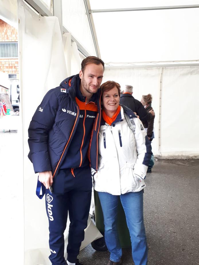 Thomas Krol met zijn moeder Monique.