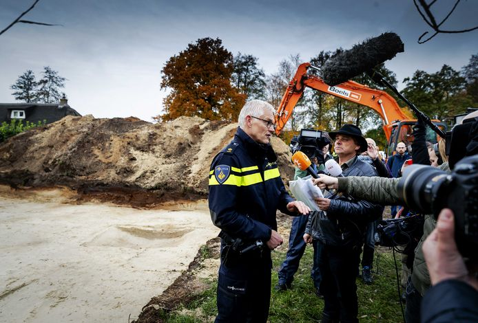 Jan Huzen bekijkt na afloop de graafwerkzaamheden van de politie op een perceel in het Drentse Koekange, in het onderzoek naar de in 1992 verdwenen Willeke Dost (15).