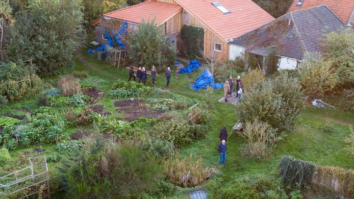 Leden van de rechtbank bezoeken de afgesloten ruimtes in de boerderij in Ruinerwold waar Gerrit Jan Van D. met vijf jongeren werd aangetroffen.
