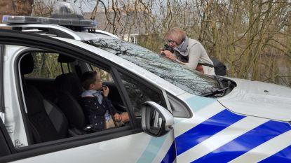 Fotoshoot bij politievoertuigen voor jonge fans van De Buurtpolitie