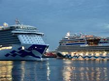 Wat een plaatje: cruiseschepen begroeten elkaar op de Nieuwe Maas
