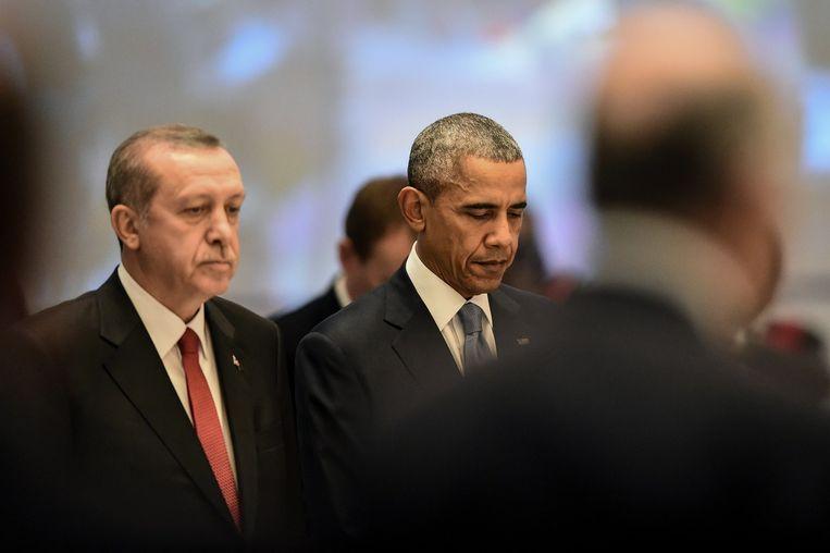Amerkaanse president Barack Obama en de Turkse president Recep Tayyip Erdogan tijdens een minuut stilte op de bijeenkomst van de G20 in Turkije. Beeld anp