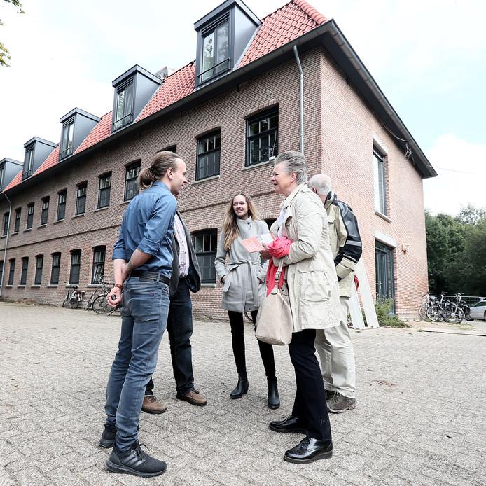 Wethouder Marijke van Haaren (tweede van rechts) is een van de bezoekers bij de Kastanjefabriek in Eibergen. Ze krijgt uitleg van eigenaar Dirk Jan Heinen (links).