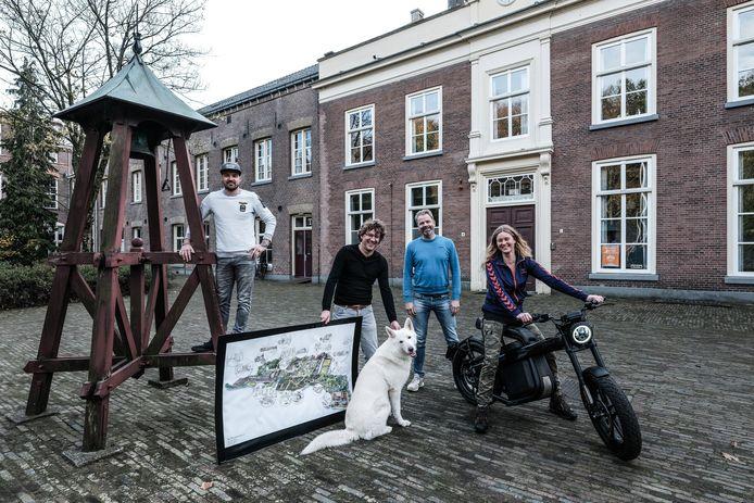 Jeroen Schreurs (links), Raymond Wentink, Ellen en Niels Willems en hun hond Mick bij de hoofdingang van De Kruisberg.