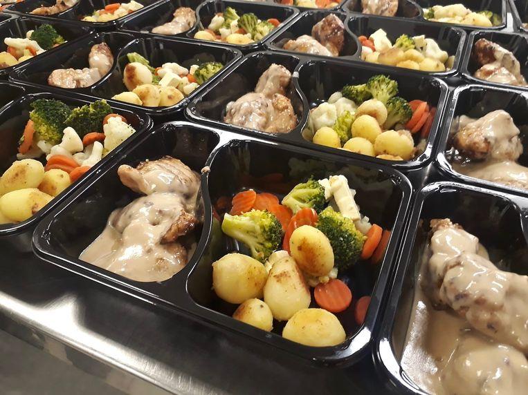 Het hoofdgerecht bestaat uit kalkoen met peperroomsaus, een groentemix en gebakken Parijse aardappeltjes.