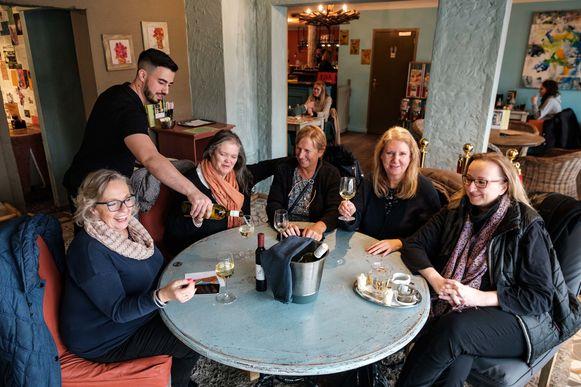 Mieke (links) heeft een Facebookpagina opgericht voor mensen die er samen op uit willen. Hier met haar vriendinnen Leslie, Jeanne, Danielle en Bernadette.