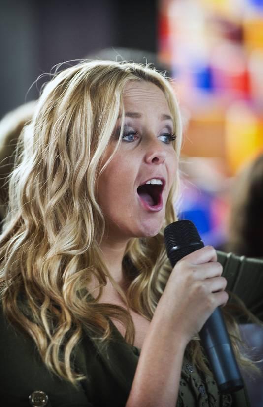 Monique is het zusje van zanger Jan Smit
