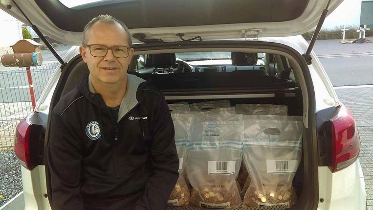 Broer Filip Vermeulen heeft de eerste lading roste centjes naar de bank gebracht, goed voor bijna 2.000 euro.