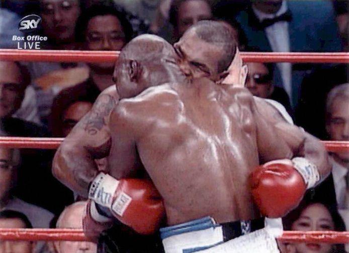 Het beruchte gevecht uit 1997: Tyson bijt in het oor van Holyfield.