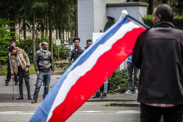 Enkele demonstranten hebben zich verzameld bij conferentiecentrum Koningshoef in Veldhoven, waar een bijeenkomst plaatsvindt van de jongerenbeweging van het huidige Eritrese regime.