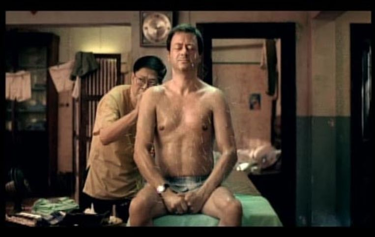 De reclamespot van verzekeraar Centraal Beheer over de acupunctuurbehandeling in een Chinees achterkamertje waar brand uitbreekt, heeft vrijdag de Gouden Loeki gewonnen. De publieksprijs voor televisiereclame werd voor de twaalfde keer uitgereikt. De 'Even Apeldoorn bellen'-campagne van Centraal Beheer won de Gouden Loeki voor de derde maal. (ANP) Beeld