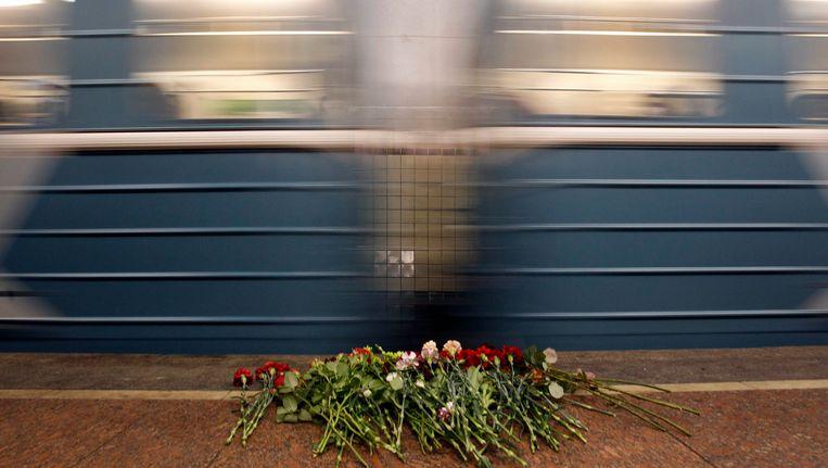 Een trein dendert langs het station Lubyanka in Moskou. Beeld AP