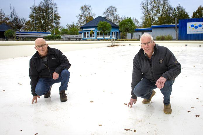 Teunis Dondertman (r) en Herman Eggink staan in 'hun' zwembad die zojuist een nieuwe coating heeft ontvangen. Dankzij hun bijdrage als vrijwilliger is de grootschalige renovatie betaalbaar.