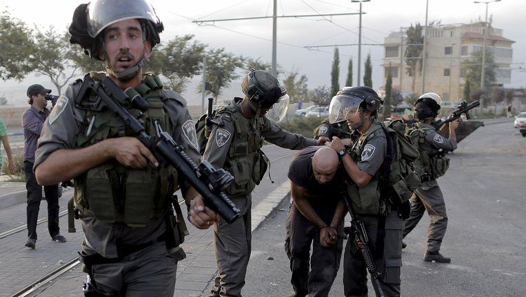 Israëlische militairen pakken een Palestijnse betoger op bij Jeruzalem Beeld REUTERS