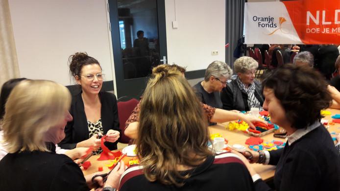 Keldonkse leerkrachten staken maar helpen wel een handje mee op de vrijwilligersdag van NL Doet in gemeenschapshuis 't Span. Onder hen Linda Leenders.