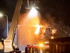 Grote brand bij bouwbedrijf in Kampen: veel publiek ondanks oproep brandweer om weg te blijven