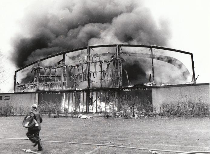 Tijdens werkzaamheden aan het dak ontstond een brand die in 1979 de sporthal op sportpark Molenbroek in Gemert totaal verwoestte.