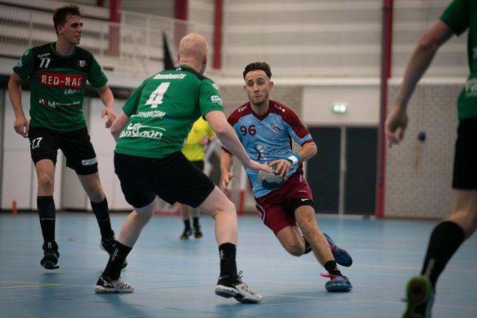 DFS Arnhem-handballer Sofiane Rhouma in actie.