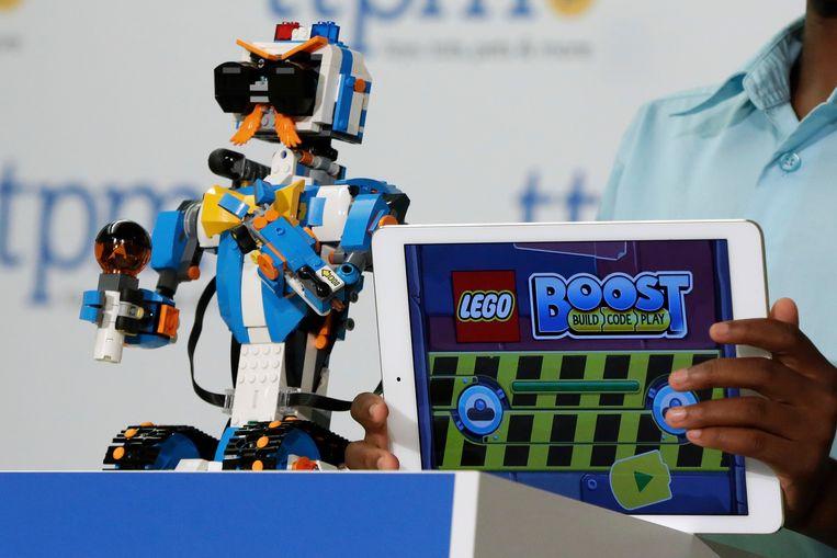 Vernie de Robot, Lego's nieuwste vondst. De legobot is bestuurbaar met een smartphone of tablet.  Beeld AP