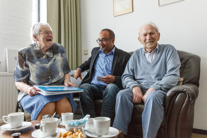 Jan de Kock en zijn vrouw Cor nemen het boek 'Solidaire Helden' in ontvangst van FNV-bestuurder Charley Ramdas.