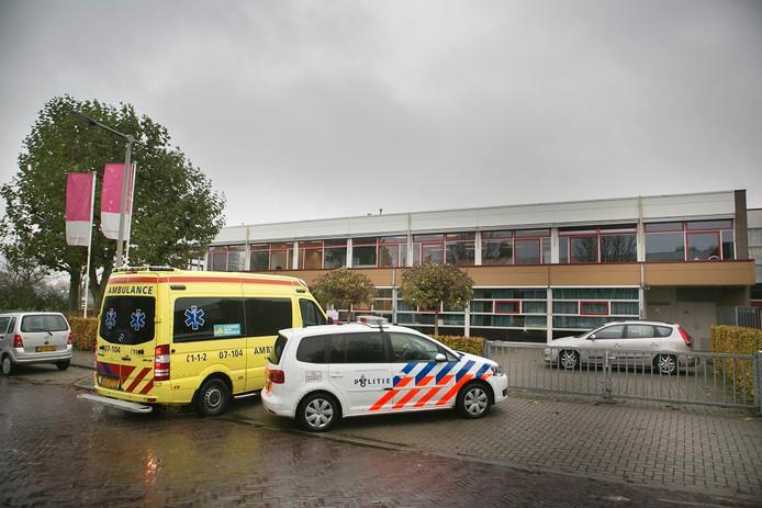 Ambulance en de politie voor de school in Arnhem, waar een leerling in de nek werd gestoken.