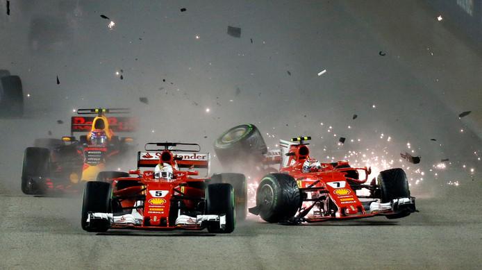 17 september: Ferraricoureurs Kimi Räikkönen en Sebastian Vettel knallen bij de start van de GP van Singapore op elkaar.