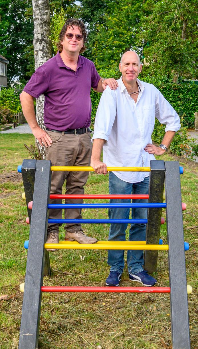 Jac Pluer (l) en Gerard Broos groeiden samen op in de Bredase wijk Tuinzigt.