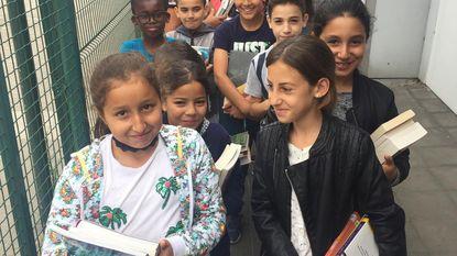 Leerlingen verhuizen boeken naar bib