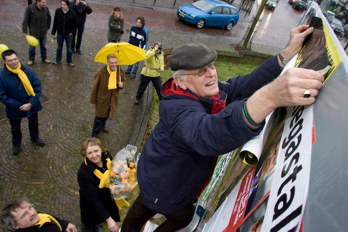 Henk Woertman werd in de bloemetjes gezet omdat hij al 40 jaar voor Gemeentebelangen de verkiezingsposters opplakt.