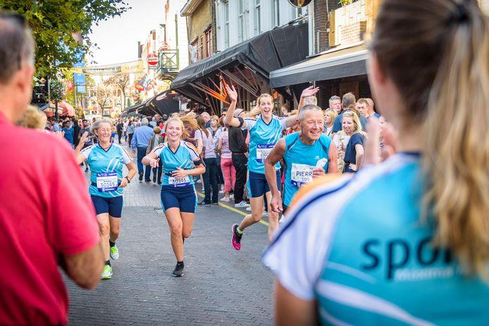Gezelligheid tijdens de doorloop van de Marathon Eindhoven 2018 op het Stratumseind.