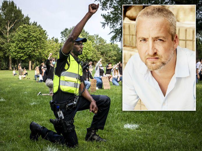 Een politieagent knielt in het Leeghwaterpark in Purmerend: inzet Jacob Boersema.