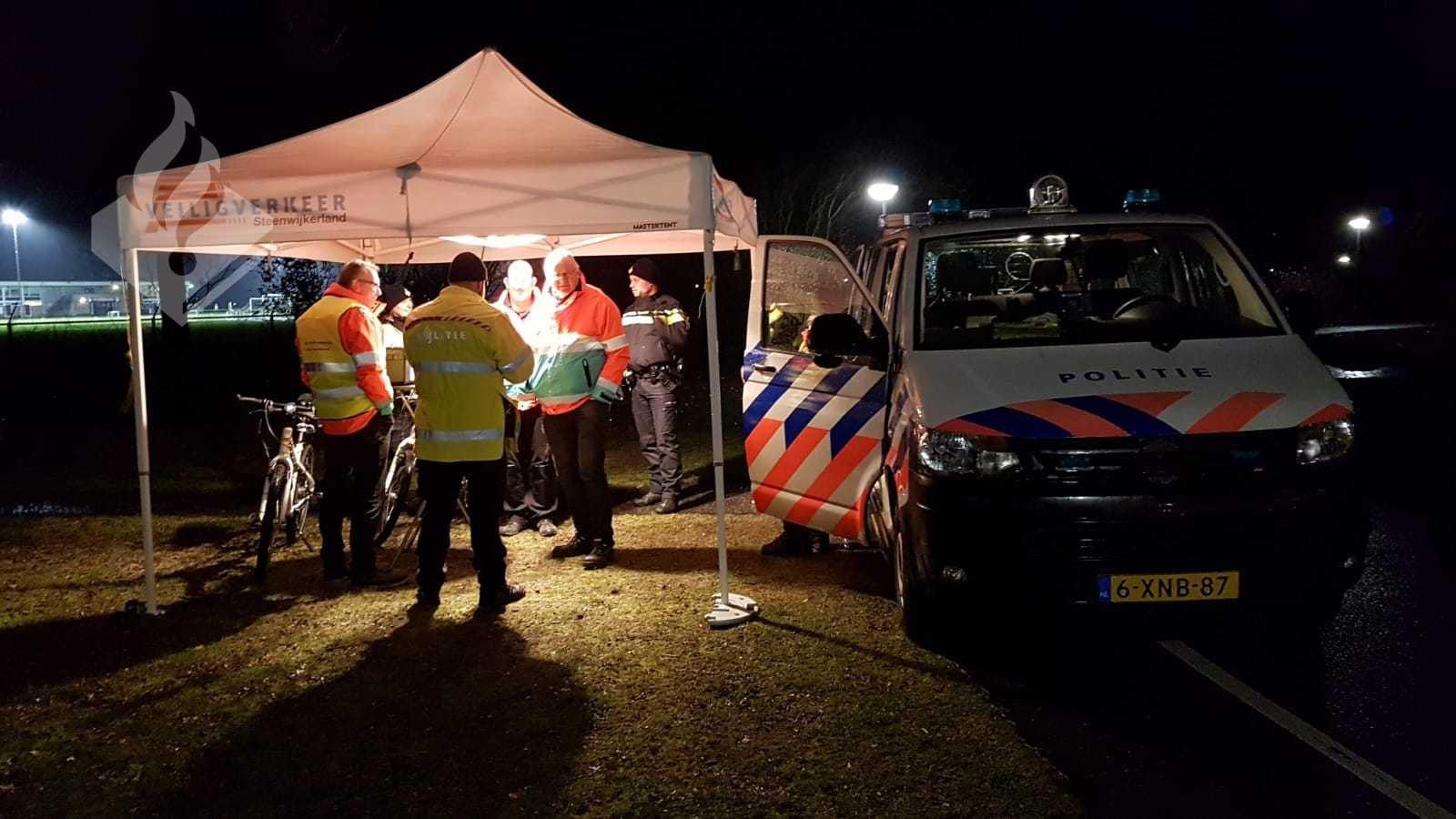 Twaalf fietsers kregen in Steenwijk een bon, omdat ze hun verlichting niet voor elkaar hadden. Mensen van Veilig Verkeer Nederland repareerden ter plekke de verlichting van zeventien fietsers.