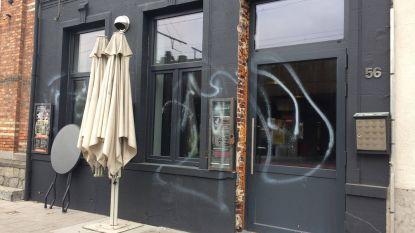 Alweer vandalisme aan café Elpee: nu gevel besmeurd met witte verf