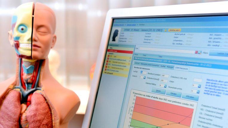 Een anatomische model en het elektronisch patiëntendossier in een huisartsenpraktijk. De nieuwe persoonlijke gezondheidsomgeving verschilt in twee opzichten wezenlijk van het EPD. Beeld anp