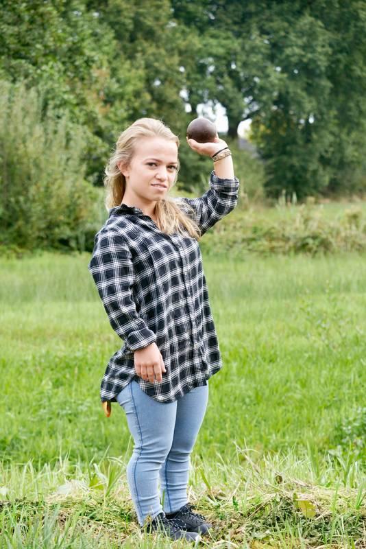 Lara Baars met haar kogel in de hand.
