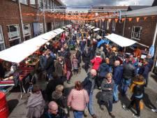 Kleedjesmarkt bij Koningsdagfeest in De Nieuwe Stad