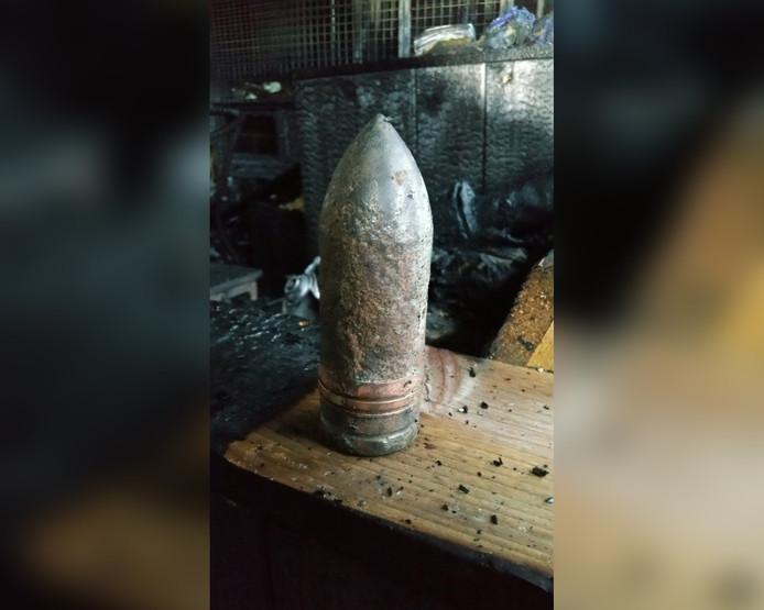 Een van de aangetroffen stukken munitie in de schuur aan de Paukeslag in Etten-Leur.