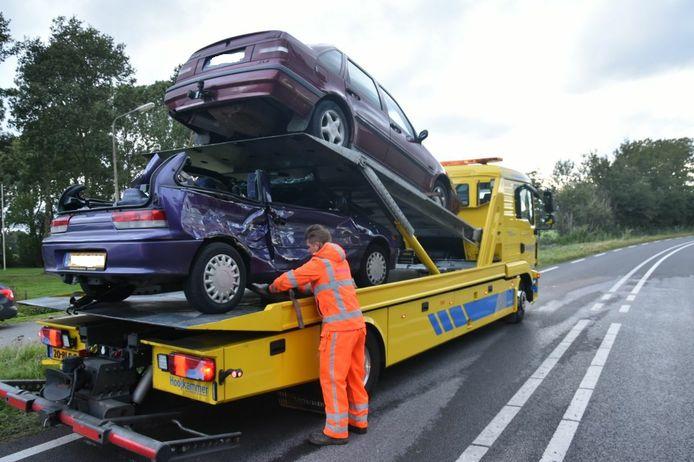 Twee auto's werden weggesleept na een ongeluk op de Oppen Swolle in Vollenhove