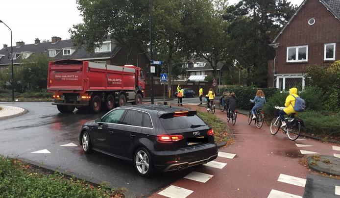 Het kruispunt Rozenplein heeft zes verschillende 'ingangen' voor de veelheid aan auto's, fietsers en voetgangers