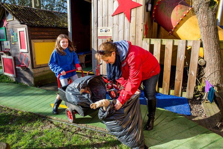 Terwijl mama Isabelle Hoirelbeke en dochter Juta (10) het speelgoed rondbrengen...