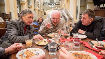 Lokaalmarkt en Mannahuis verwennen minderbedeelden met verse maaltijd