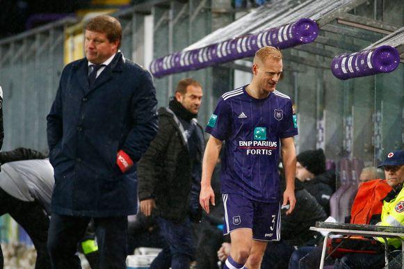 December 2017: Olivier Deschacht verlaat het veld na een rode kaart tegen Charleroi.