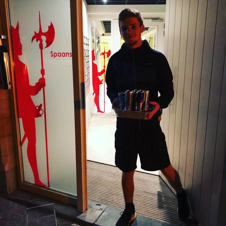 Eén van de eerste klanten van de online nachtwinkel kocht enkele blikjes Red Bull.