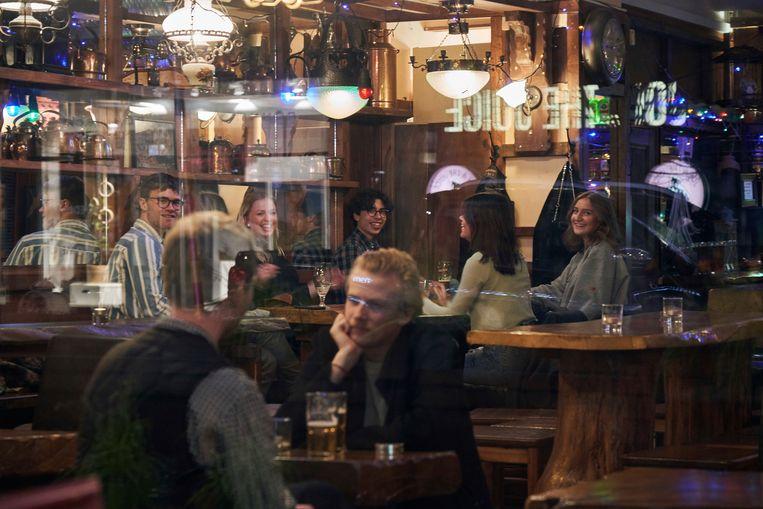 Een volle bar in Stockholm.