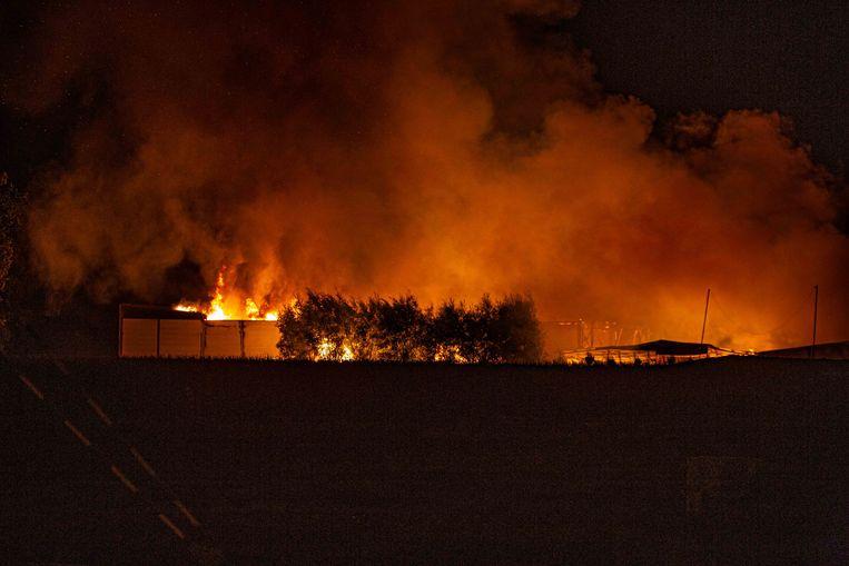Een waar inferno legde de gebouwen van schrijnwerkerij Van Rossem en verhuurfirma Lemon in as.