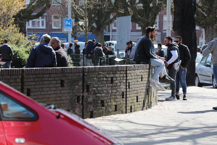 De politie moest een drone inzetten om groepen uit elkaar te krijgen op het Kaapseplein in Den Haag. Ze hielden zich niet aan de coronamaatregelen.
