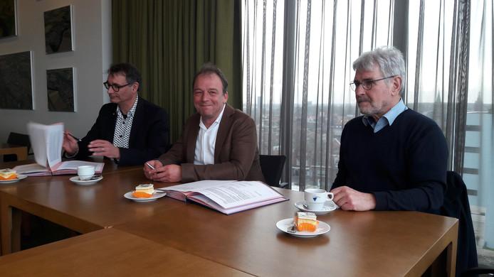 Ondertekening huurovereenkomst Nieuwstraat-Zuid door vlnr wethouder Frank van Hulle, algemeen directeur Zeeuwse Gronden Jan van Blarikom en financieel directeur Henk Haak.